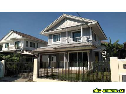Beautiful 2 Stories, 5 Rooms House in Bangkok - Övriga Utlandet, Asien - Newly Renovated House. 3 bedrooms, 2 bathrooms, living room, kitchen, 2 car parking. 200 m sq land. 135 m sq living area. New Ceramic Tile floors inside with linoleum also. New paint, New bath, New lights, New Lawn. Gated communi - Övriga Utlandet, Asien